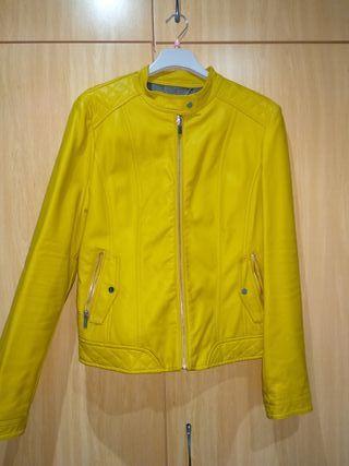 chaqueta amarilla fórmula joven