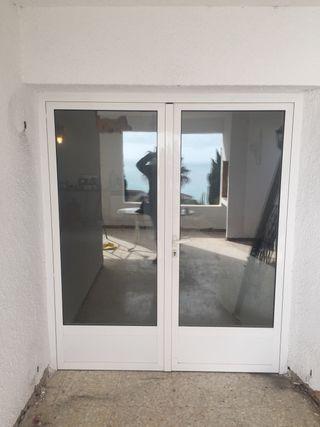 Puerta doble aluminio blanco.