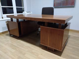 Mesa de despacho clásica con cajoneras