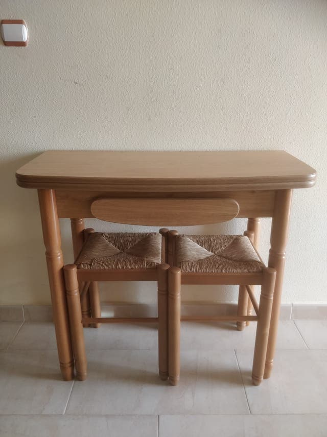 Mesa auxiliar extensible de cocina con taburetes