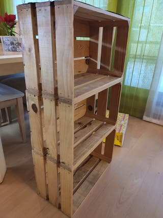 estantería con cajas de madera
