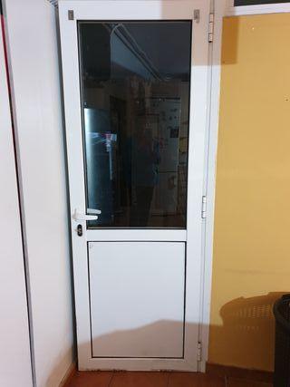 Puerta nueva de aluminio y cristal con llave