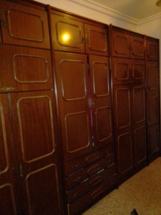 dormitorio dos camas abatibles y dos armarios