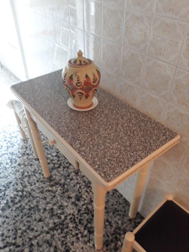 mesa y dos sillas de cocina en buen estado
