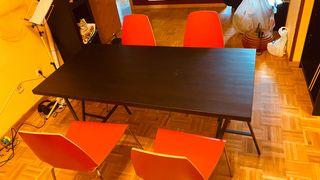 Mesa de salón con cuatro sillas