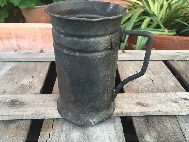 Antigua jarra de medida de latón y zinc