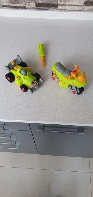 Coche juguete y moto de construcción