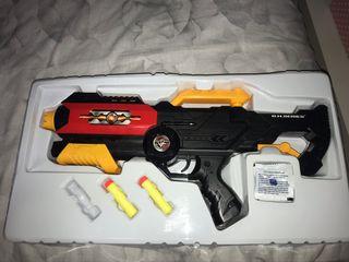 Pistola estilo nerf con bolitar y dardos de goma