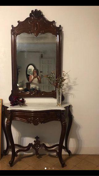Mueble estilo modernista con espejo