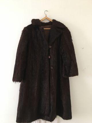 Abrigo largo de piel.