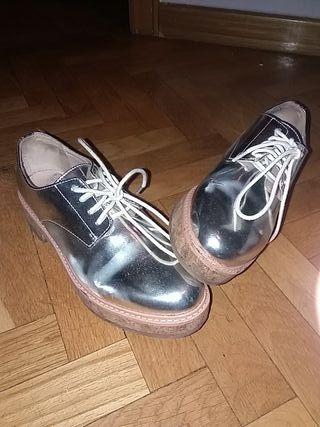 Zapatos plateados.