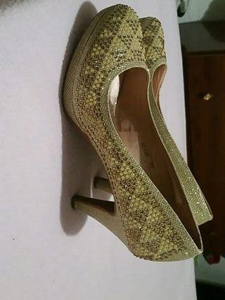 se venden zapatos de tacón de mujer