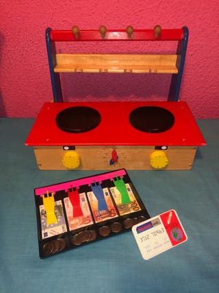 Mini cocinita de madera plegable y caja con dinero