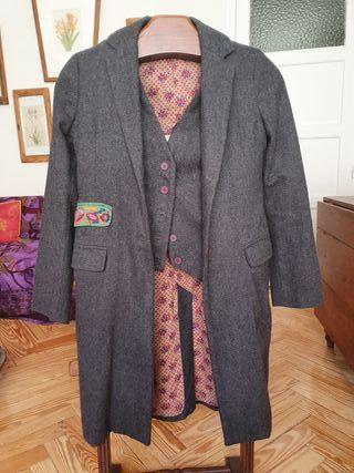 Abrigo gris con chaleco de mujer