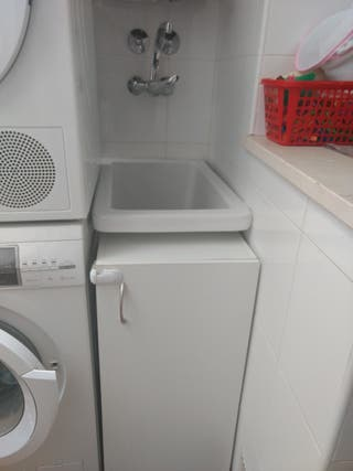 pila de lavar con mueble y grifo