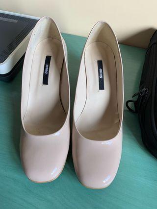 Zapatos charol beig con tacón cuadrado