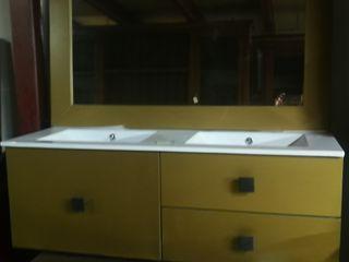 Baño con dos lavabos y espejo
