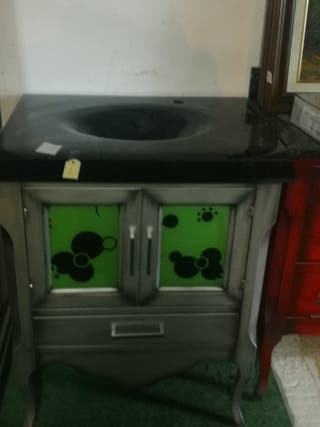 Baño con lavabo negro y armario gris y verde