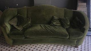 Sofá vintage de terciopelo y relleno de plumas