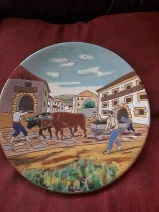 antiguo plato de cerámica, motivo Vasco