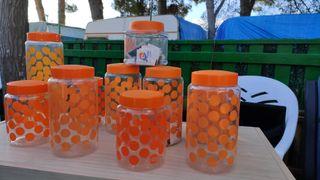 Botes de plastico naranjas.
