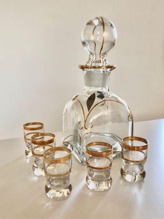 Botellita de licor con vasitos de chupito