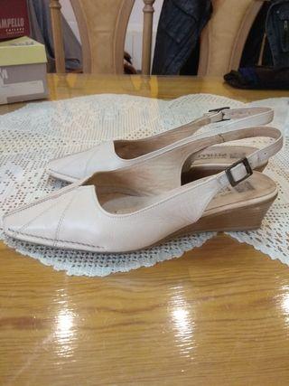 zapatos destalonado de piel beige