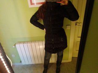 Abrigo plumífero fino negro entallado