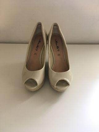 Zapatos de plataforma de esparto y charol beige
