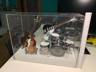 Grupo completo instrumentos musicales en miniatura