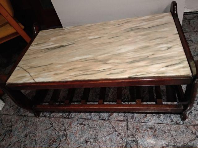 mesa de madera con base de mármol.