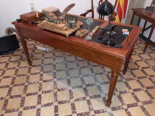 antiguo escritor y silla a conjunto