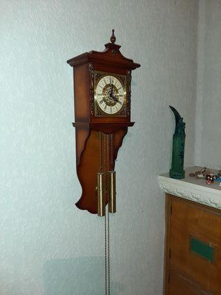 bonito reloj de pared . funciona