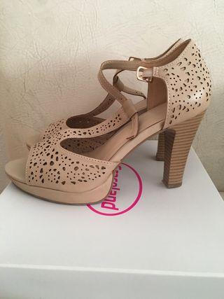 Zapatos de tacón color beige