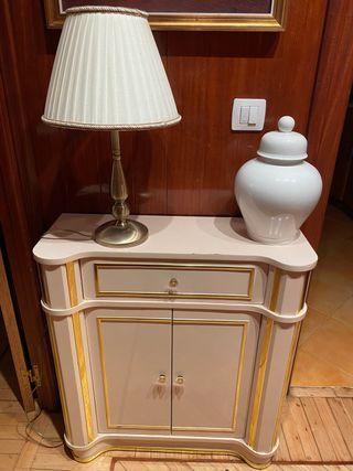 Mueble recibidor, lámpara diseño, jarrón URGE