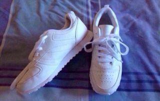 Zapatillas deportivas blancas / Urge Hoy