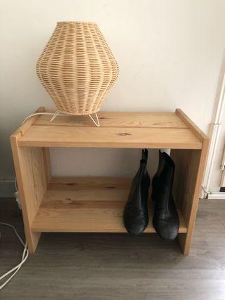 Mesita o estanteria almacenaje de madera.