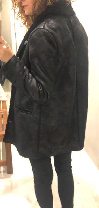Abrigo negro de piel forrado de polar de Mango