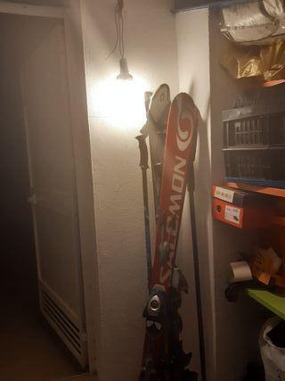 Esquís con fijaciones