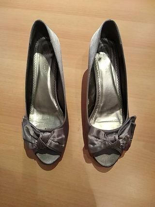 Zapatos de mujer raso gris con lazo