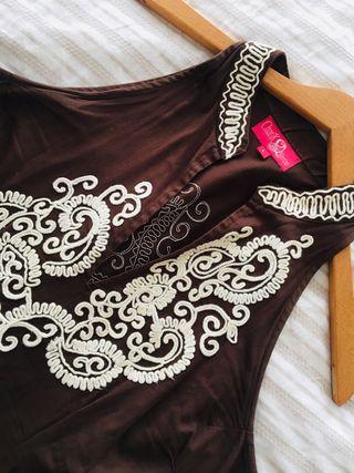 Vestido marrón bordado