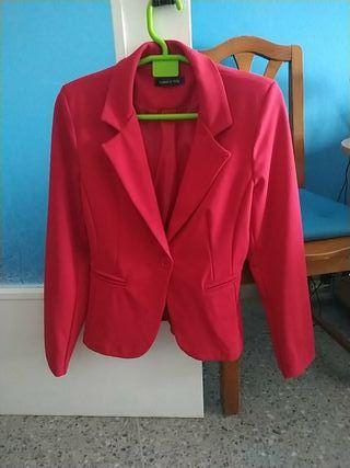 chaqueta roja genero agradable,para entrada de pri