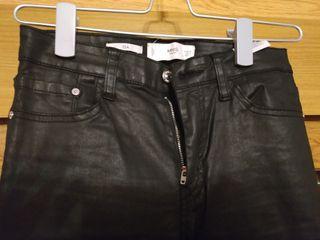 pantalón efecto cuero