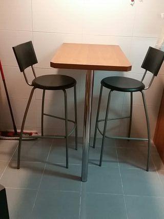 mesa de cocina y dos sillas altas