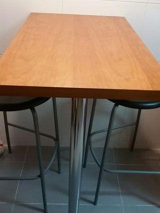 mesa de cocina y sillas altas