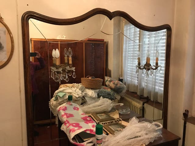 Mueble espejos pared con apliqués de luz