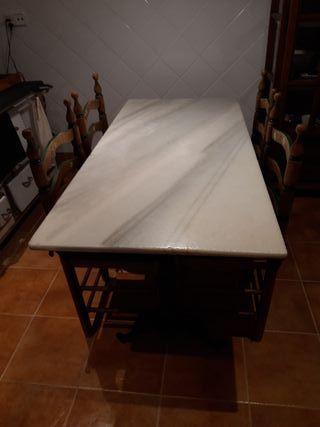 Mesa con sobre antiguo de mármol natural