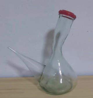 Porrón de cristal con tapón rojo