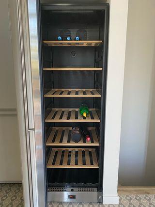 Vinoteca cantina Smeg 62x60x185 en perfecto estado