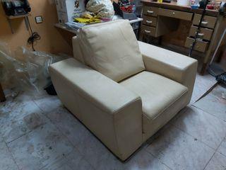 sillón de piel color crema